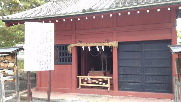 神厩舎と神馬の木造