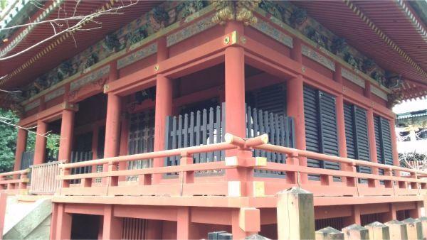 麓山神社の拝殿の軒下