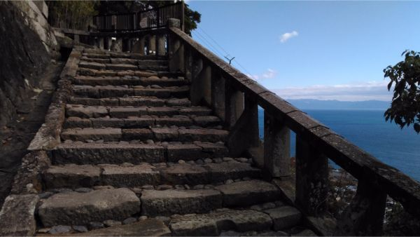 石段から眺める海、駿河湾