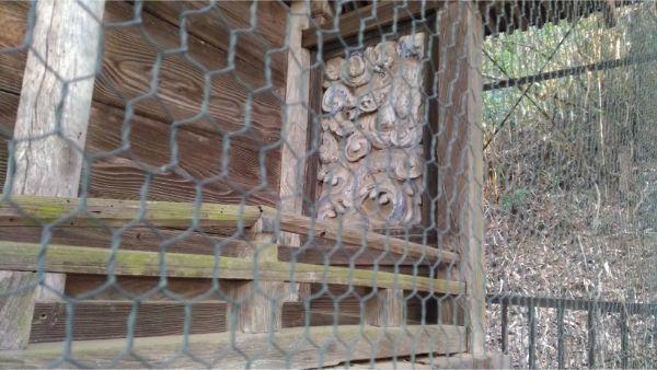 穂見諏訪十五所神社の本殿右側面の縁側