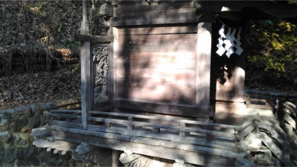 御牧子安神社本殿の左前