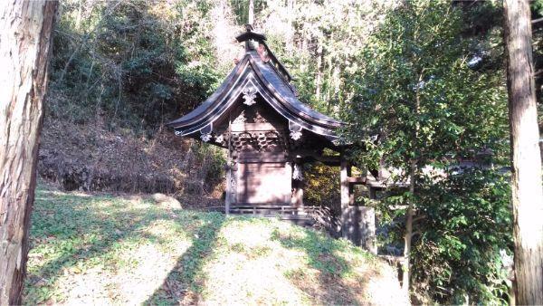 御牧子安神社本殿の遠景