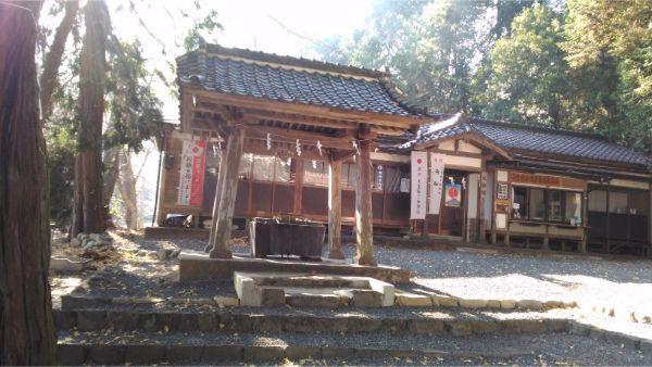 武田八幡宮の手水と社務所