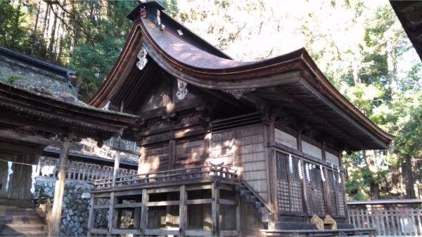 武田八幡宮本殿の左前
