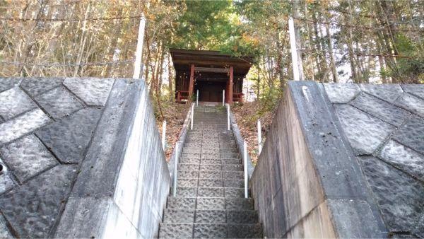 本宮倭文神社本殿を見上げた図