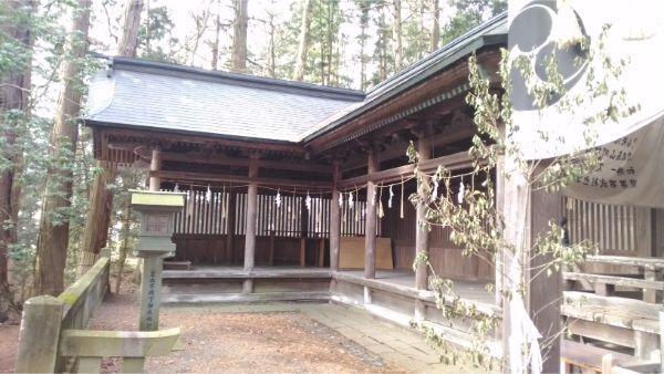 矢彦神社の左の回廊