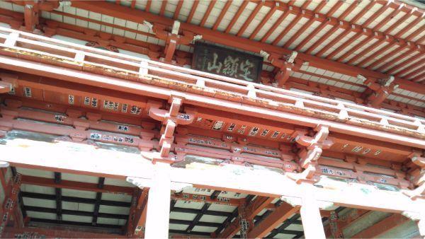 甲斐善光寺の山門の軒下