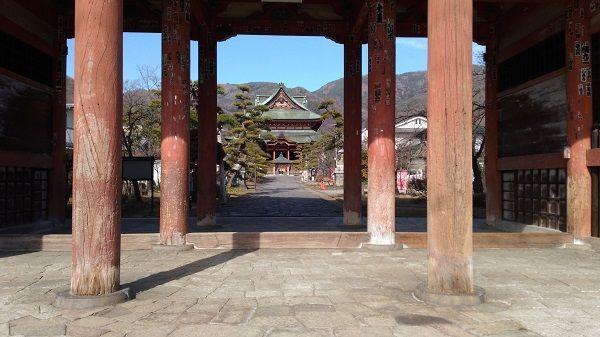 甲斐善光寺山門から見た本堂