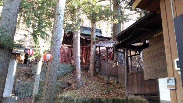 松尾神社本殿の遠景