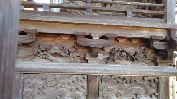諏訪神社本殿右側面の床下