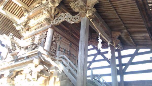 諏訪神社本殿の左正面