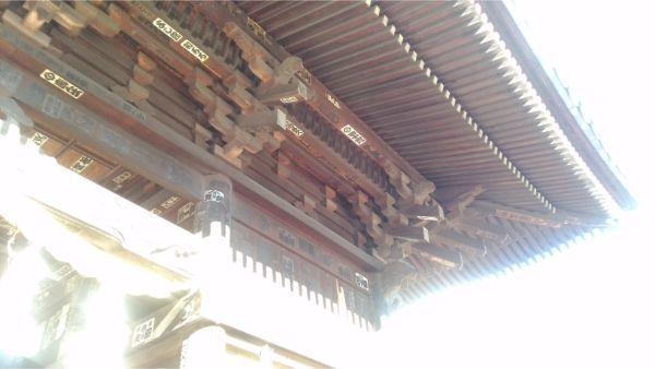 国分寺仁王門の軒下