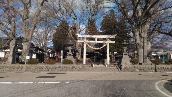 白鳥神社の境内