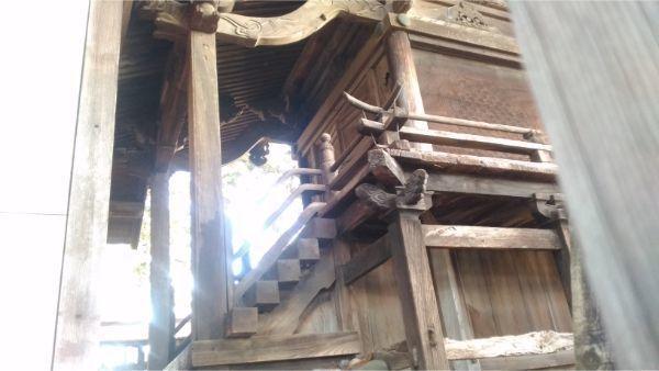 白鳥神社本殿の正面右
