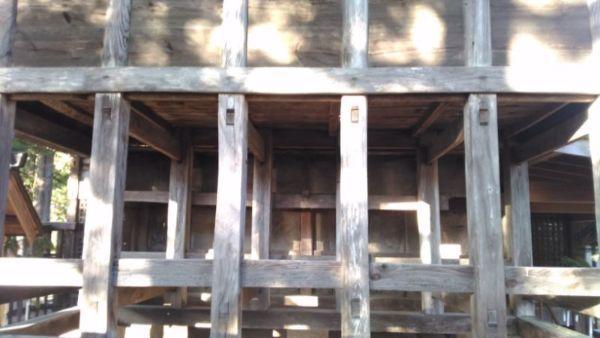五社宮本殿の背面床下