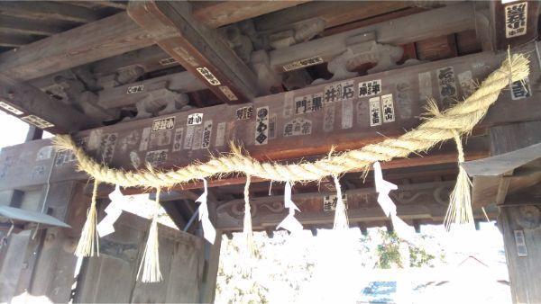 松本神社の門の軒下