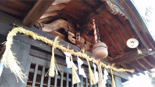 都波岐神社の拝所の軒下
