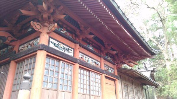 石楯尾神社拝殿の右側面