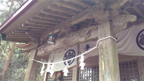 軍刀利神社の拝殿の軒下