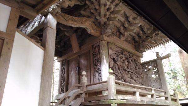 軍刀利神社本殿の右前方