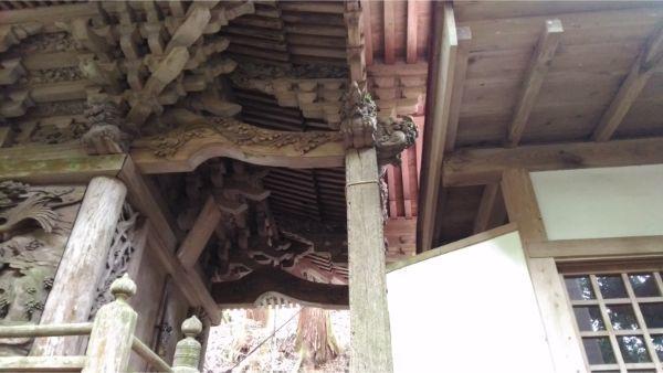 軍刀利神社本殿の左前方