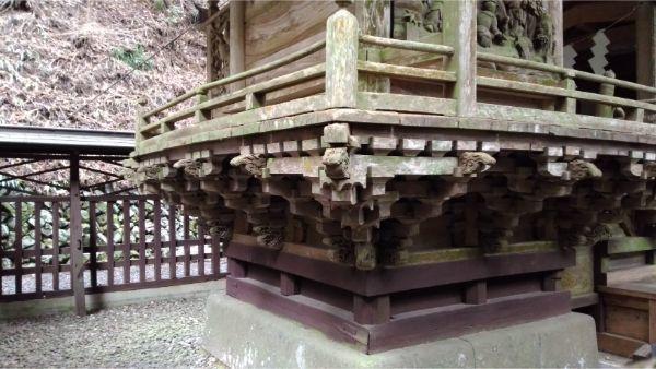 軍刀利神社本殿左後方の床下