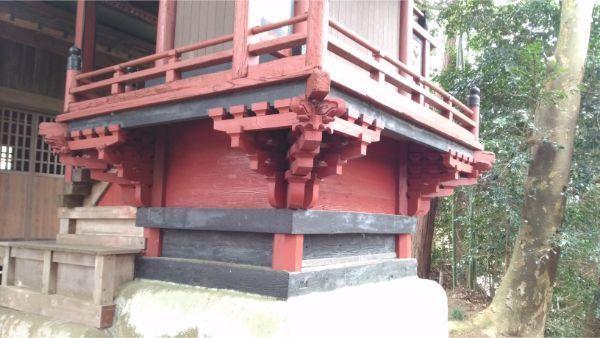 犬島神社本殿の右後方の床下