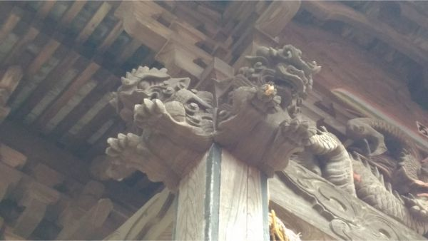 諏訪神社本殿の向拝柱