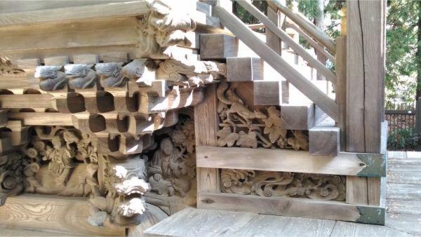 春日神社本殿の正面左の床下