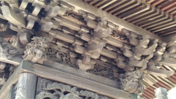 春日神社本殿の軒下