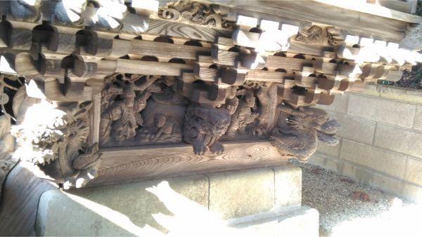 春日神社本殿の床下