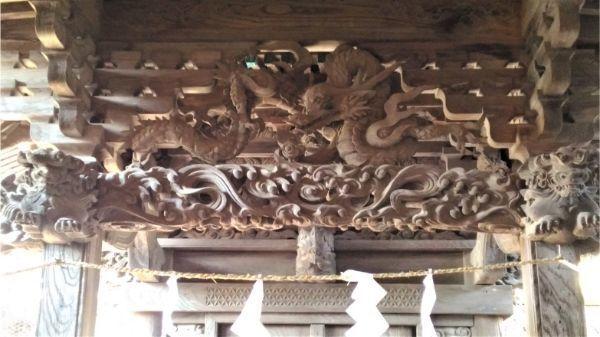 諏訪神社本殿の向拝中備