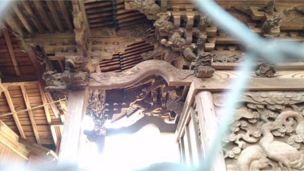 諏訪神社本殿の向拝右側面
