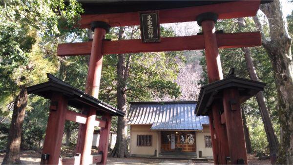 生出神社の鳥居と拝殿