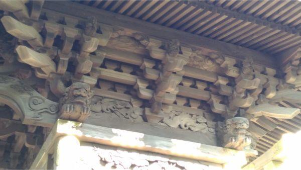 生出神社本殿の軒下