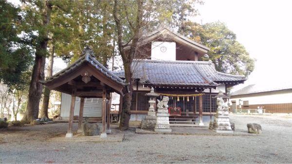諏訪神社の手水舎と拝殿