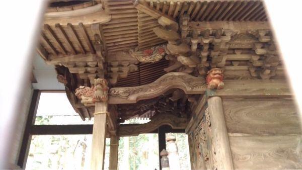 稲村神社本殿の軒下