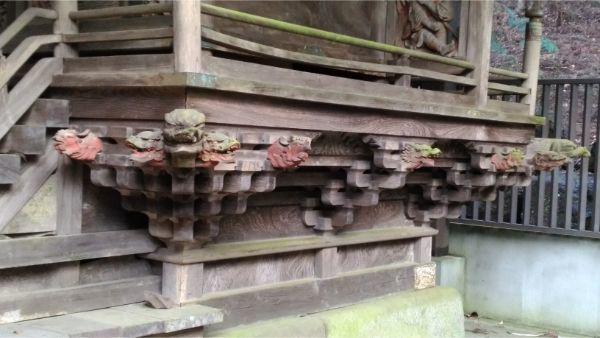 稲村神社本殿の縁