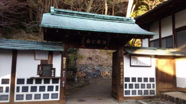 源敬公廟の入口