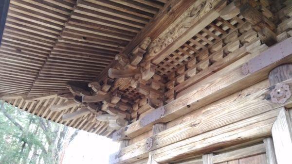 貞祥寺三重塔の軒下