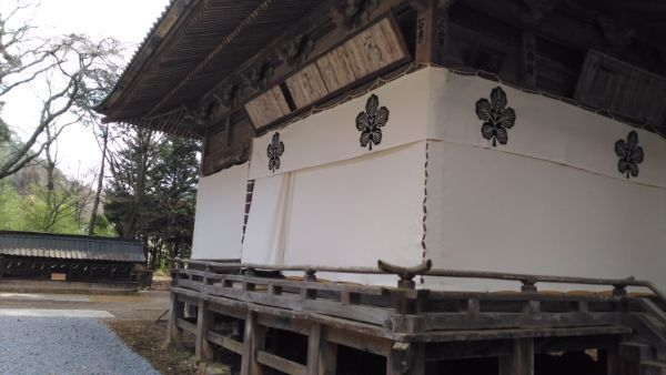 新海三社神社神楽殿の側面