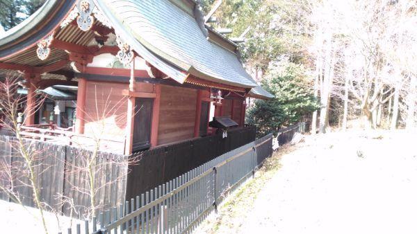 新海三社神社中本社と西本社の背面