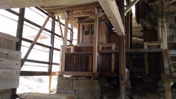 諏訪神社の左の本殿