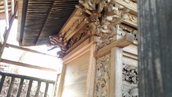 諏訪神社本殿背面の軒下