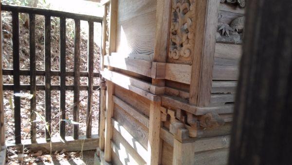 諏訪神社本殿背面の床下