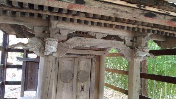 熊野神社本殿の軒先