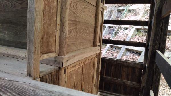 熊野神社本殿の背面床下