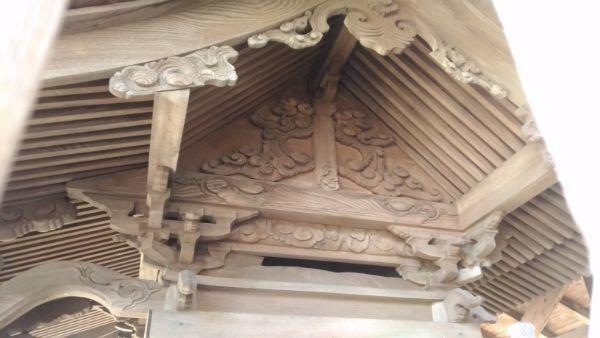 諏訪神社境内社の妻壁