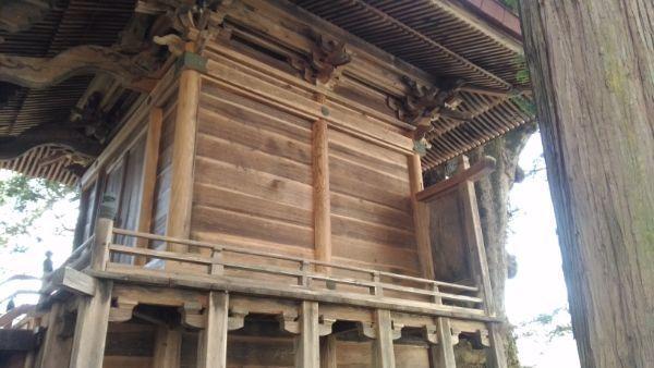 諏訪神社本殿の側面