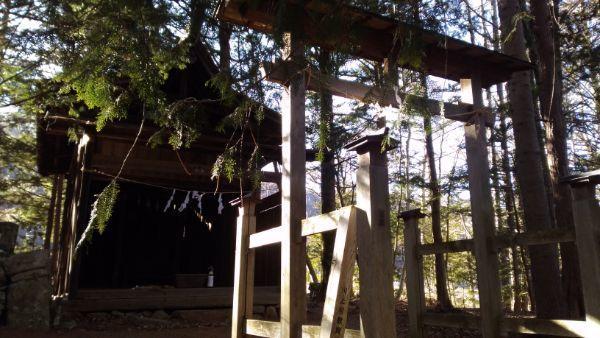 金峰山社の鳥居と覆い